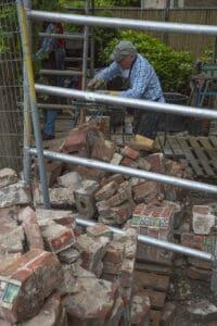 Herbouw St. Urbanuskerk Bovenkerk - schoonmaken steentjes gewelven